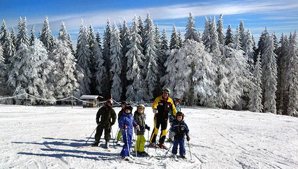 Kinderskikurs Gruppe mit DSV-Skilehrer der DSV-Skischule Skizunft Kollnau e.V. am Kaibenlochhang auf dem Kandel
